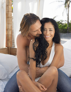 Couple embracing on bed outsideの写真素材 [FYI03628611]