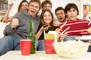 Friends watching TV and celebratingの写真素材 [FYI03628626]