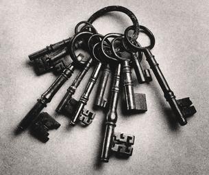 Set of antique keys  (b&w)の写真素材 [FYI03628648]