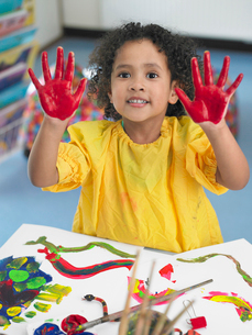 Girl finger painting in art class  elevated viewの写真素材 [FYI03628887]