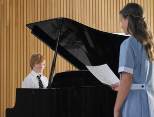 Two students performing in music classの写真素材 [FYI03628897]
