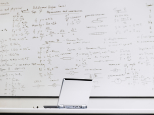 Laptop in front of whiteboard in classroomの写真素材 [FYI03628905]