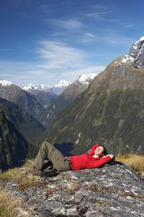 Woman lying on top of mountain peakの写真素材 [FYI03629001]