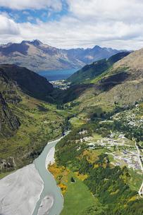 Road winding through mountainsの写真素材 [FYI03629014]