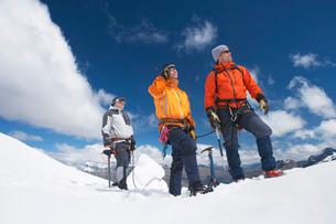 Three mountain climbers on snowy peakの写真素材 [FYI03629032]