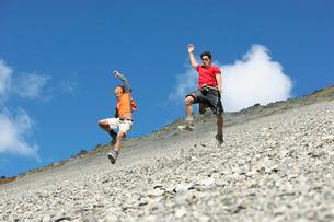 Two men jumping down screen fieldの写真素材 [FYI03629097]
