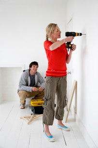 Couple working on their new homeの写真素材 [FYI03629120]