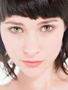 Young Brunette Woman  portrait  head shotの写真素材 [FYI03629185]