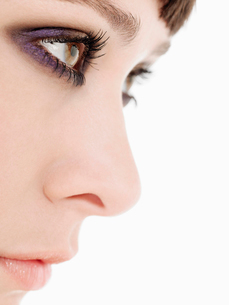 Young Woman Wearing heavy Eye Makeup  side view  close upの写真素材 [FYI03629191]