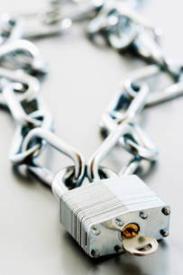 Padlock with key and chainの写真素材 [FYI03629253]