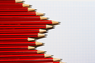 Pencils forming bar graph pattern on graph paper  view froの写真素材 [FYI03629260]