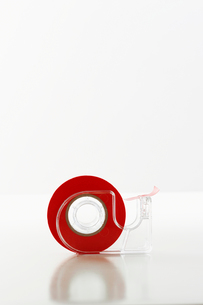Roll of red tape in dispenserの写真素材 [FYI03629262]