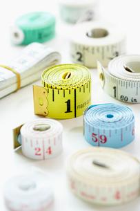 Rolls of measuring tape  close-upの写真素材 [FYI03629290]