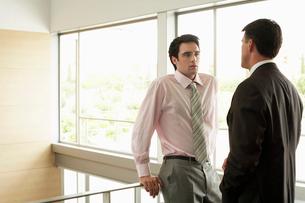 Businessmen in Conversationの写真素材 [FYI03629458]