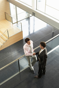 Businessmen shaking hands on Mezzanine  elevated viewの写真素材 [FYI03629460]