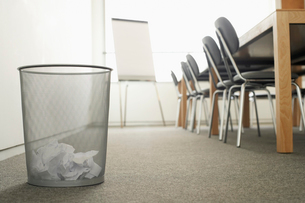 Trash Can in Empty Meeting Roomの写真素材 [FYI03629466]