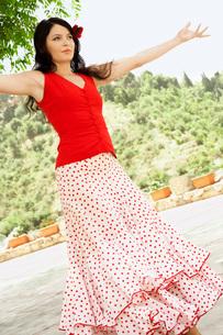 Woman flamenco dancing outdoors.の写真素材 [FYI03629528]
