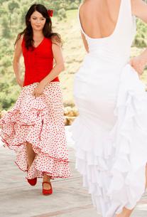 Two women flamenco dancing outdoors.の写真素材 [FYI03629530]