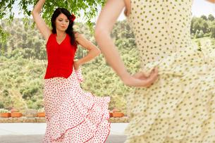 Two women flamenco dancing outdoors.の写真素材 [FYI03629533]