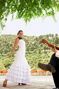 Woman flamenco dancing with man playing guitar.の写真素材 [FYI03629535]