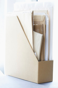 Box file filled with papers and envelopesの写真素材 [FYI03629685]