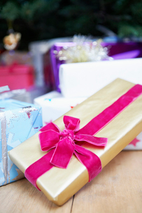Christmas present wrapped with Velvet Bow  close upの写真素材 [FYI03629751]