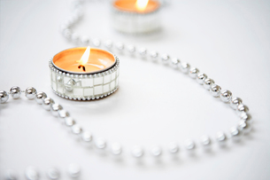 Tea light Candles and Silver Garland  close upの写真素材 [FYI03629753]