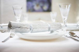 Christmas cracker on Place Setting on table  close upの写真素材 [FYI03629755]
