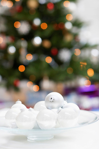 Plate of christmas baubles  close upの写真素材 [FYI03629757]