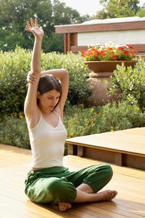 Young woman practising yoga  portraitの写真素材 [FYI03629790]