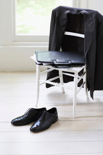 Clothing of businessman on chair and floorの写真素材 [FYI03629910]