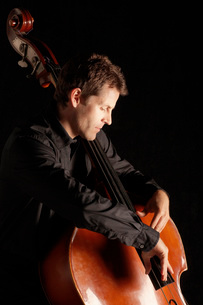 Man Playing Double Bass  side viewの写真素材 [FYI03629984]