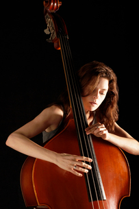 Woman Playing Double Bassの写真素材 [FYI03629986]