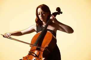Young Woman Playing Celloの写真素材 [FYI03629988]