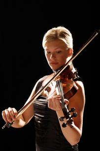 Woman Playing Violinの写真素材 [FYI03629989]