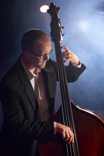 Double bass player on stage  portraitの写真素材 [FYI03630020]