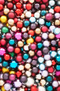Pile of Christmas baubles  full frameの写真素材 [FYI03630054]