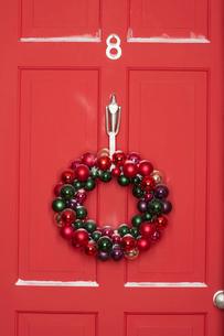 Christmas wreath hanging on doorの写真素材 [FYI03630063]