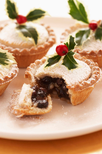 Decorated mince pies on plate  close-upの写真素材 [FYI03630077]
