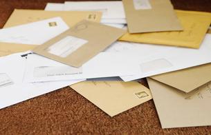 Pile of mail on doormatの写真素材 [FYI03630135]