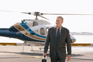 Businessman arriving on helicopter padの写真素材 [FYI03630148]