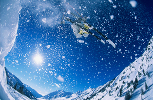 Skier jumping from mountain ledgeの写真素材 [FYI03630260]