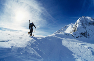 Skier hiking to mountain summitの写真素材 [FYI03630278]
