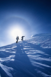 Skiers hiking to mountain summitの写真素材 [FYI03630283]