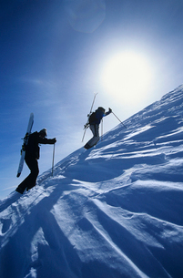 Skiers hiking to mountain summitの写真素材 [FYI03630284]