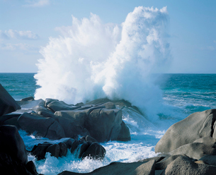 Waves crashing on rocks at coastの写真素材 [FYI03630420]