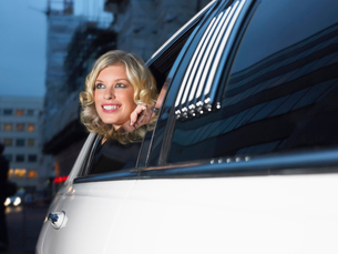 Woman in back of limousine looking out of windowの写真素材 [FYI03630581]