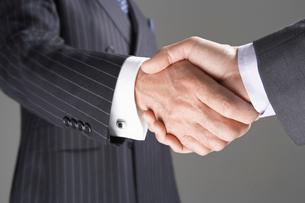 Businessmen Shaking Hands  close-up on handsの写真素材 [FYI03630613]