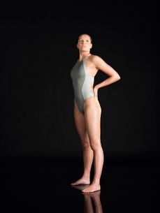 Female swimmer  standingの写真素材 [FYI03630641]