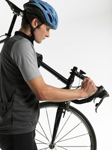 Male bicyclist carrying bicycle  side viewの写真素材 [FYI03630659]